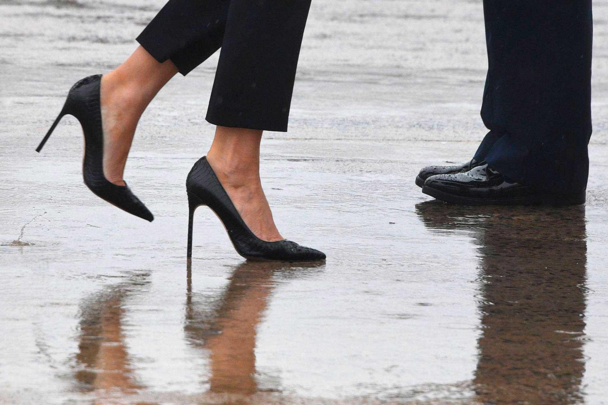 Melania Trump visita a damnificados en tacones