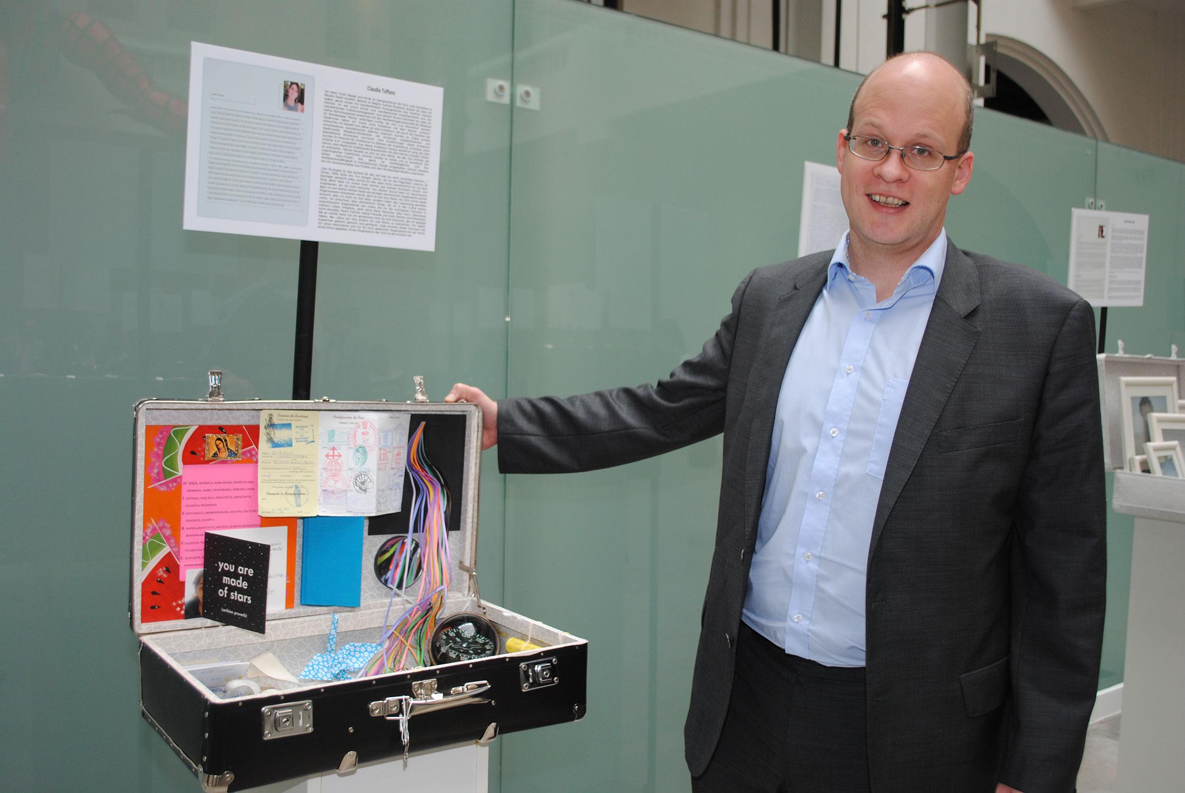 David Roth, curador de la exposición Hacia el más allá y de regreso con uno de los equipajes