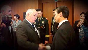 El embajador de Panamá en México, Manuel Ricardo Pérez González, y el presidente Enrique Peña Nieto