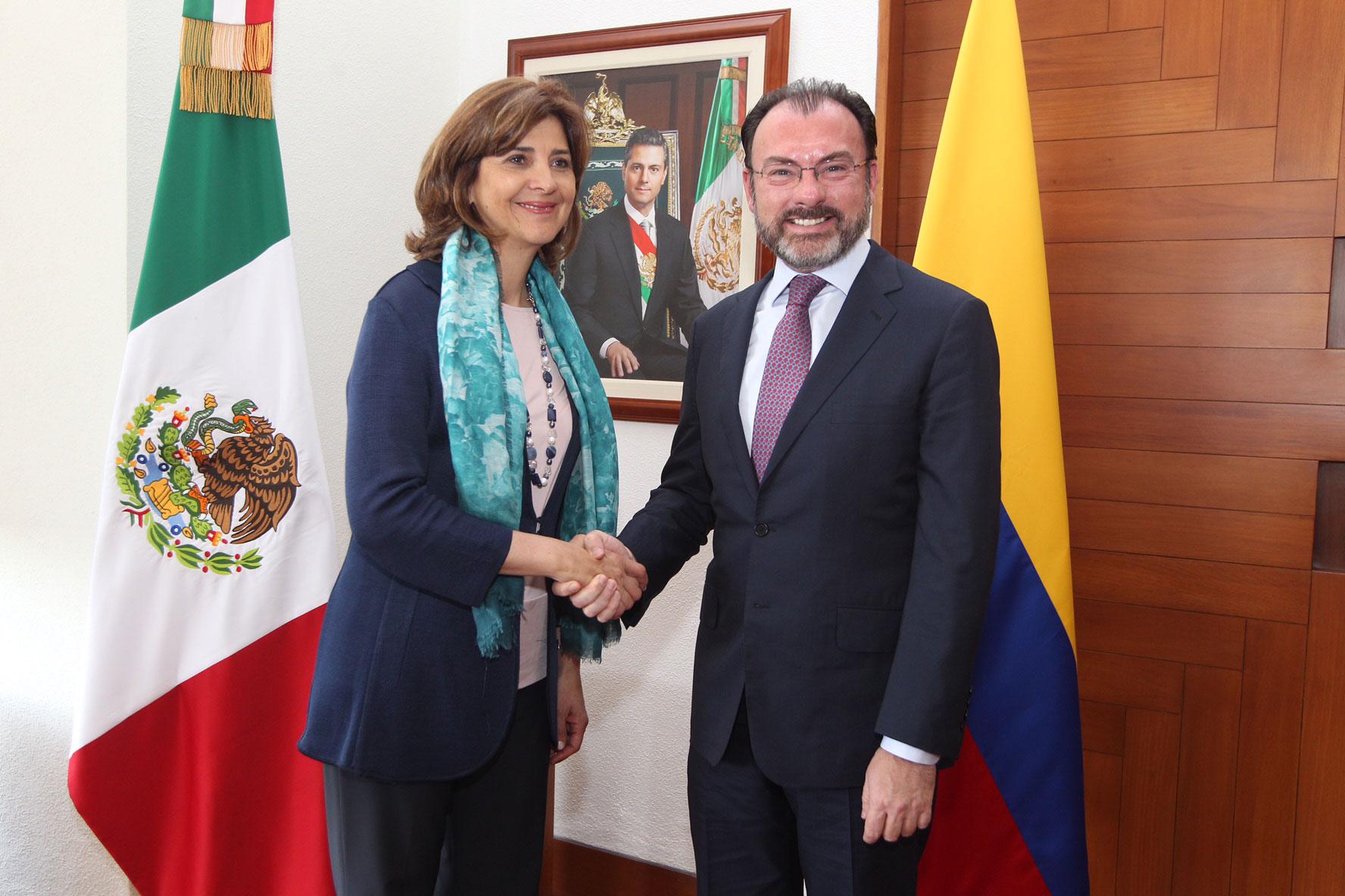 La canciller de Colombia, María Ángela Holguín, y el canciller de México, Luis Videgaray Caso
