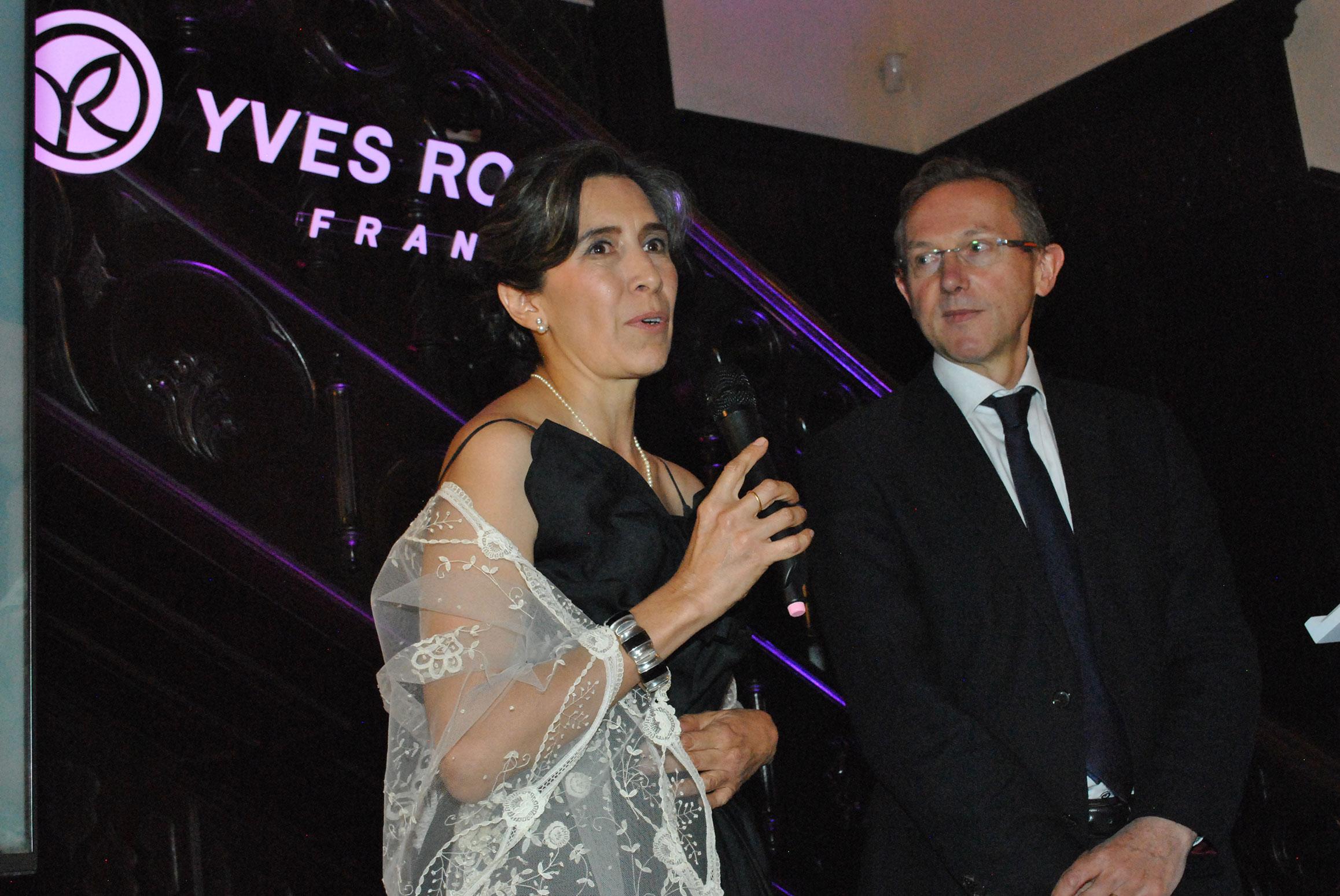 Cecilia Sánchez Garduño, ganadora del primer lugar, con Claude Fromageot, director de la Fundación Yves Rocher