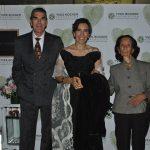 Cecilia Sánchez Garduño, ganadora del primer lugar (en medio), con su esposo, Christopher Jones, y su mamá, Delfina Garduño