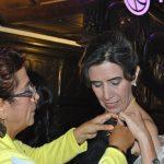 María Trujillo, ganadora en 2016, le entrega un broche a Cecilia Sánchez Garduño, ganadora del primer lugar 2017