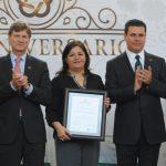 Durante la ceremonia, trabajadores como Gloria González, también recibieron un diploma. Foto propiedad de la revista Protocolo Copyright©