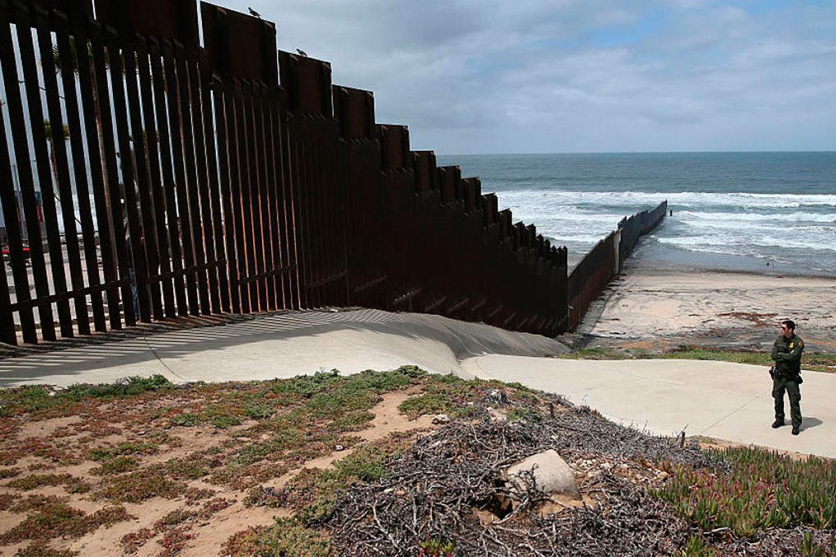Justifica EU construcción del muro por criminalización de migrantes mexicanos