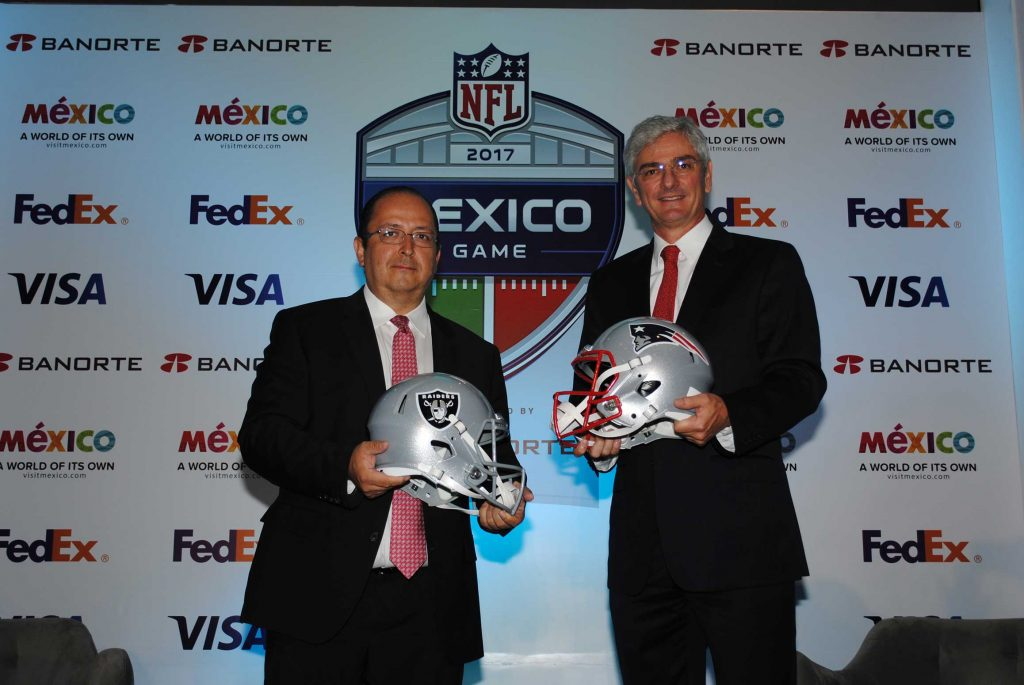 José Antonio Calatayud, director ejecutivo de mercadotecnia de Banorte, y Arturo Olivé, director de NFL México. Revista Protocolo Copyright