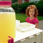 Niña británica recibe multa por vender limonada