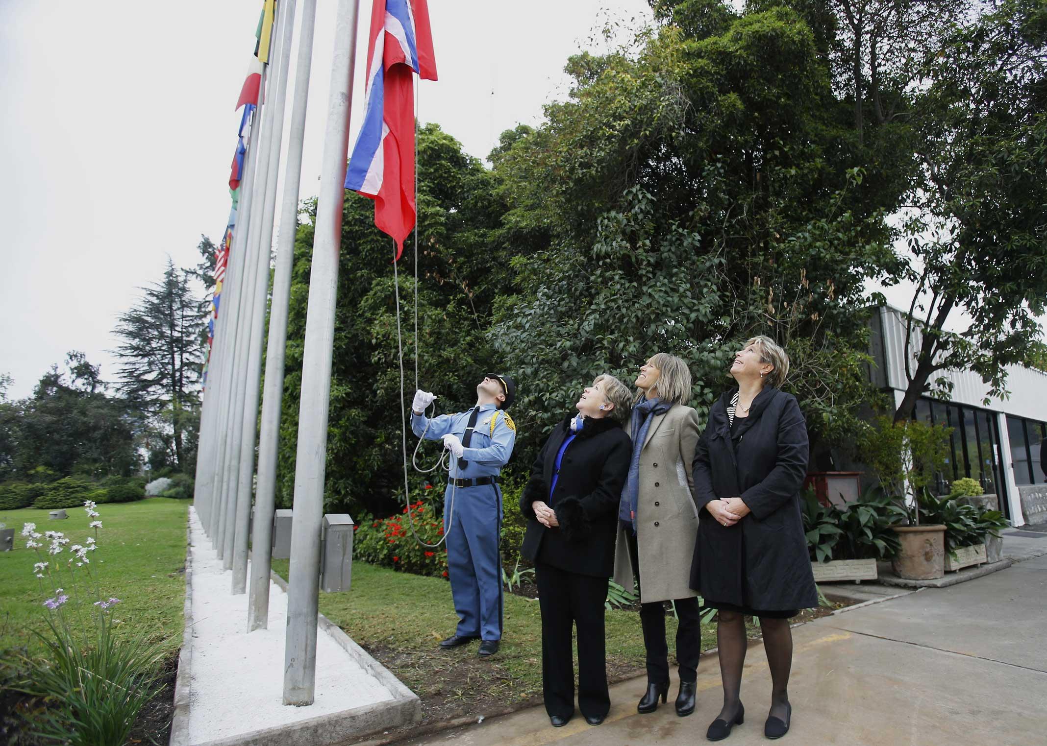 La bandera de Noruega fue izada por primera vez en las dependencias de la sede central de la Comisión Económica para América Latina y el Caribe (Cepal) en Santiago, Chile