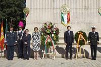 Ofrenda floral en el monumento a Miguel Hidalgo