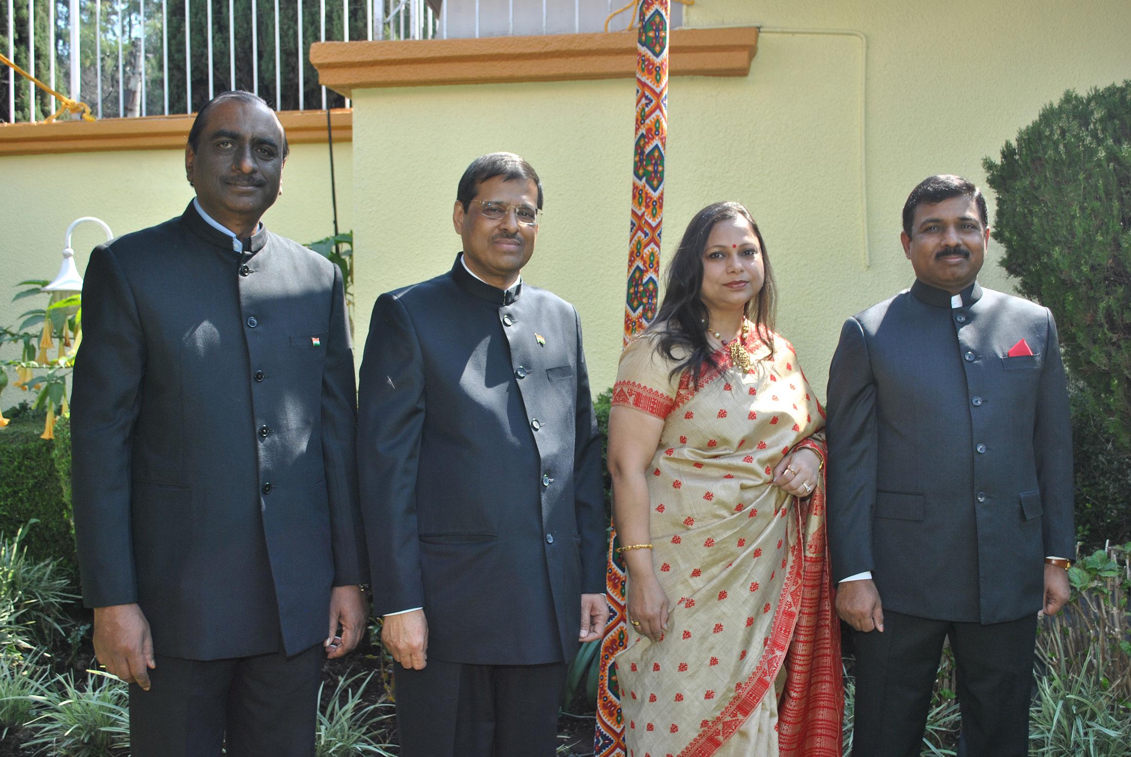 M. R. Quereshi, Asutosh Kumar Agrawal, Rakhi Pardeshi y su esposo, Muktesh Pardeshi, embajador de la India