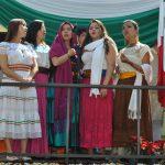 Jóvenes mexicanas luciendo bellos trajes típicos de diversos estados de México, entonaron el Himno Nacional Mexicano
