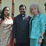 Rakhi Pardeshi y su esposo, Muktesh Pardeshi, embajador de la India, con Wendy Coss