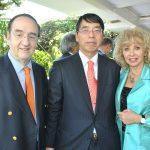 Alfonso de María y Campos, Akira Yamada, embajador de Japón, y Wendy Coss