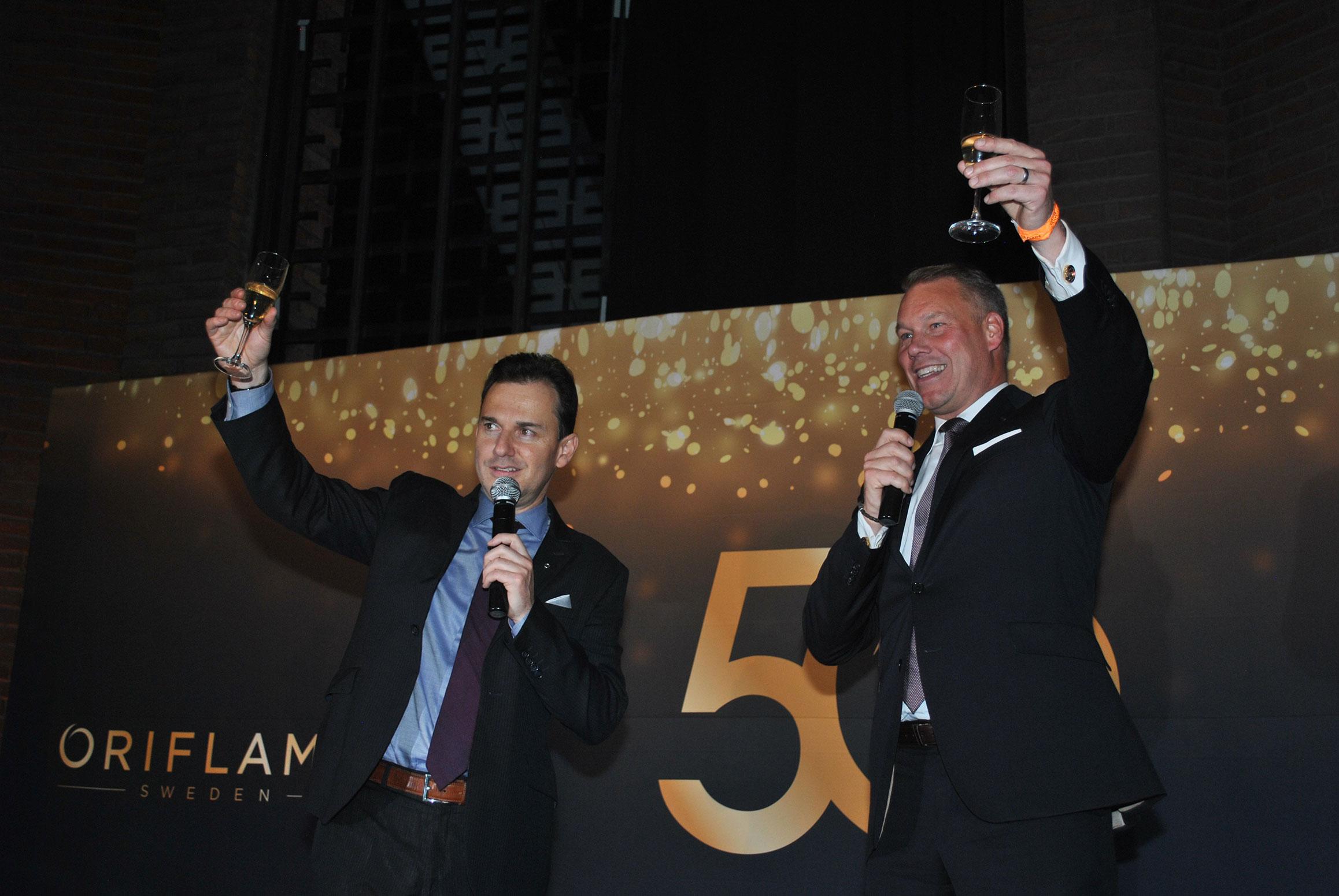 Santiago Salazar, presidente de Oriflame México, y Magnus Brännstrom, presidente de Oriflame, realizaron el brindis por los 50 años de la compañía