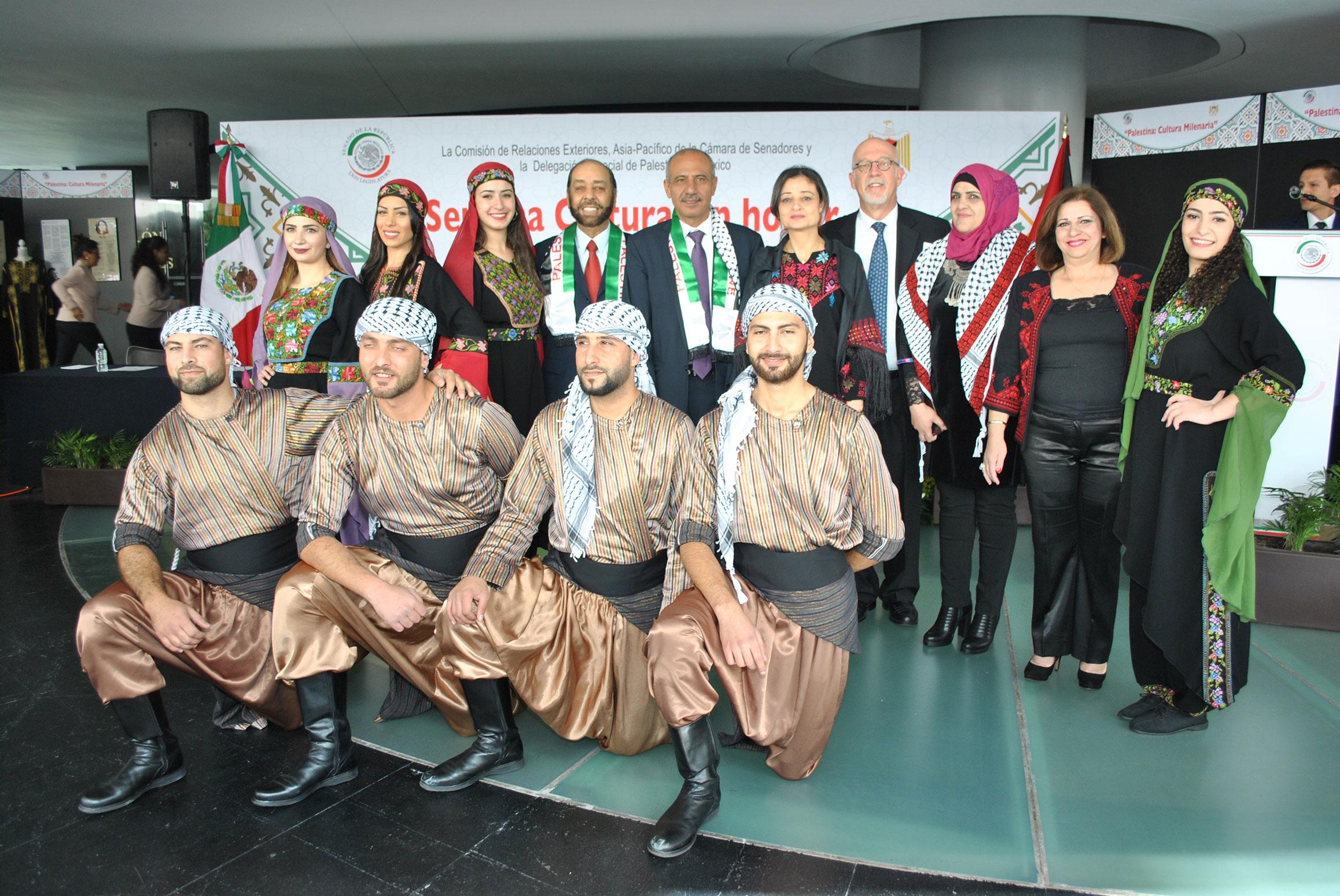 El senador Teófilo Torres Corzo, Mohamed A. I. Saadat, embajador de la delegación especial de Palestina, y Jorge Álvarez Fuentes, con el grupo de danza dabke palestino
