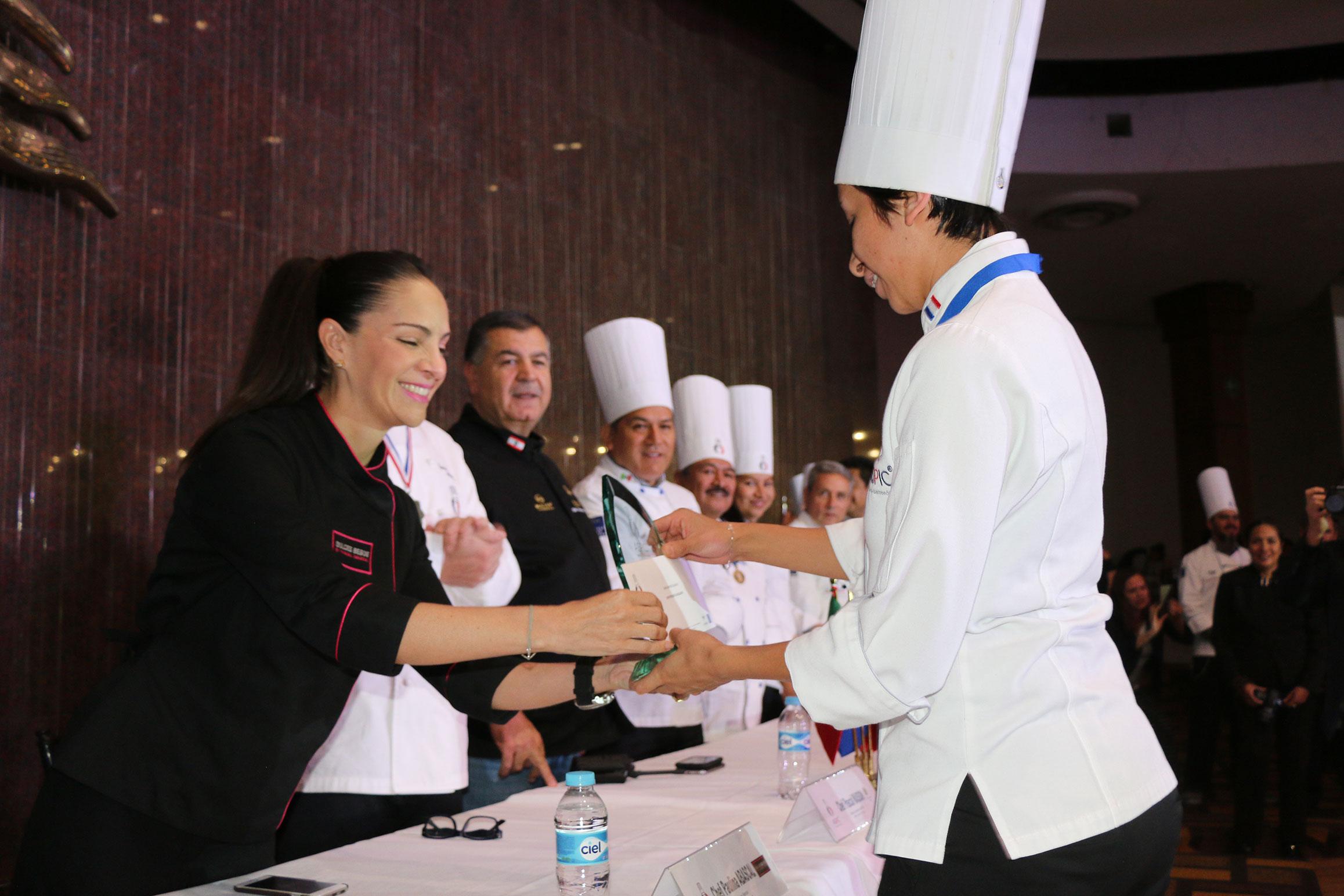 La chef Paulina Abascal fue la invitada de honor a la graduación