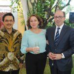 Yusra Kahn, embajador de Tailandia, con Ará Aivazian, embajador de Armenia, y su esposa. Revista Protocolo Copyright©