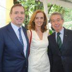 Luis Fernández-Cid de las Alas Pumariño, embajador de España, y su esposa, Ana López de Ocaña, con Sergio Contreras. Revista Protocolo Copyright©