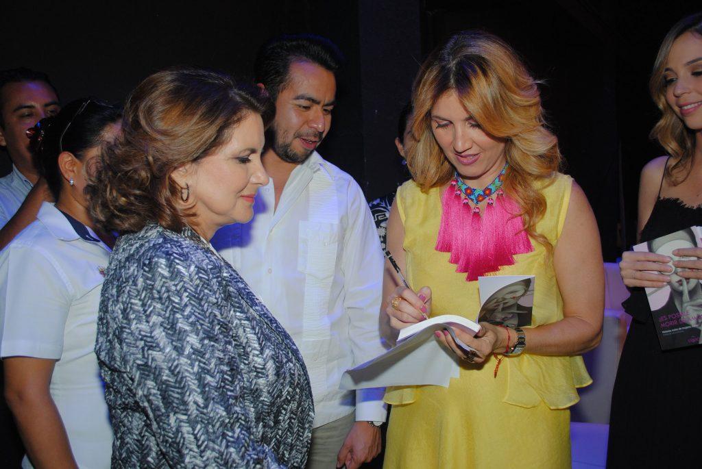 Desirée Navarro autografió un ejemplar a Leticia Márquez de Yunes, esposa del gobernador de Veracruz. Foto propiedad de la revista Protocolo Copyright©