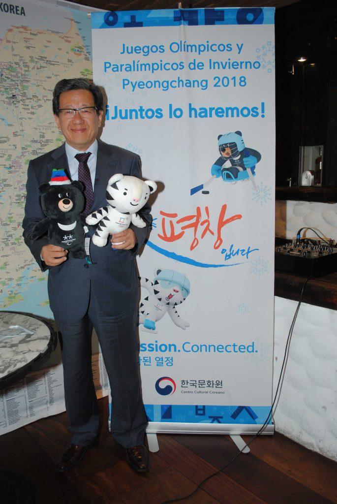Chun Beeho, embajador de la República de Corea, sostiene a Bandabi y Soohorang, mascotas de los Juegos Paralímpicos de Invierno y de los JOI, respectivamente. Revista Protocolo Copyright©