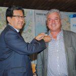 Un periodista fue elegido para que el embajador Beeho le pusiera el pin oficial de los JOI de PyeongChang 2018. Revista Protocolo Copyright©