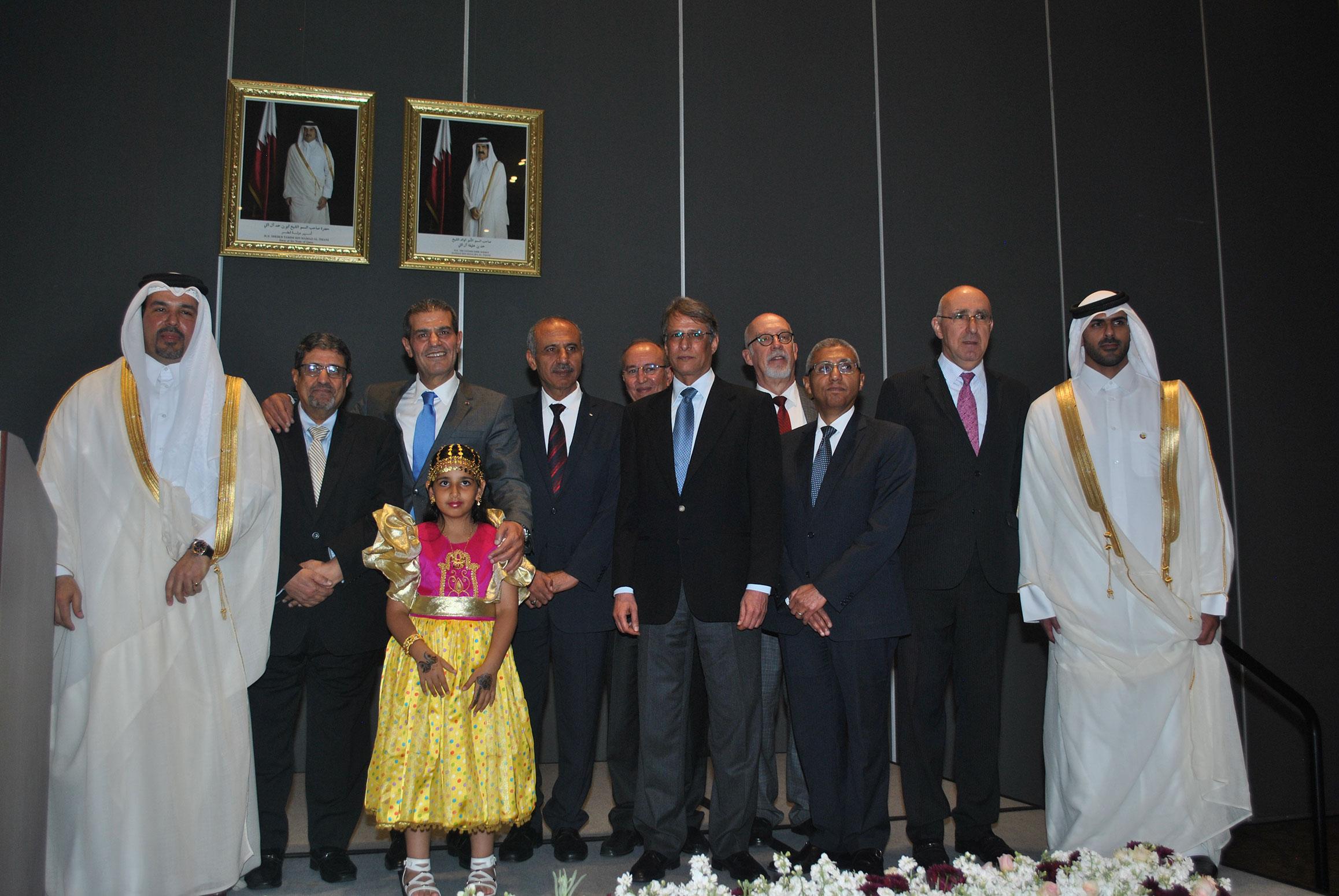 Ahmed Abdulla A. A. Al-Kuwari, embajador de Qatar, con Muftah R. M. Altayar, embajador de Libia; Abdulkarim Mansoor Obeidat, embajador de Jordania; Mohamed A. I. Saadat, embajador de Palestina; Ará Aivazian, embajador de Armenia; Muteb Saleh F. Almutoteb, embajador de Kuwait; Jorge Álvarez Fuentes, Yasser Mohamed Ahmed Shaban, embajador de Egipto; Rabah Hadid, embajador de Armenia, y Fahad Hamad S. M. al Eida, acompañados por la hija del embajador de Qatar