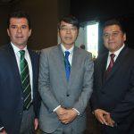 Octavio Chávez, Akira Yamada, embajador de Japón, y Ramiro Guerrero