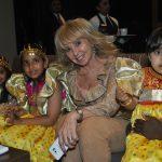 Wendy Coss con pequeñas hijas de diplomáticos de la Embajada de Qatar en México