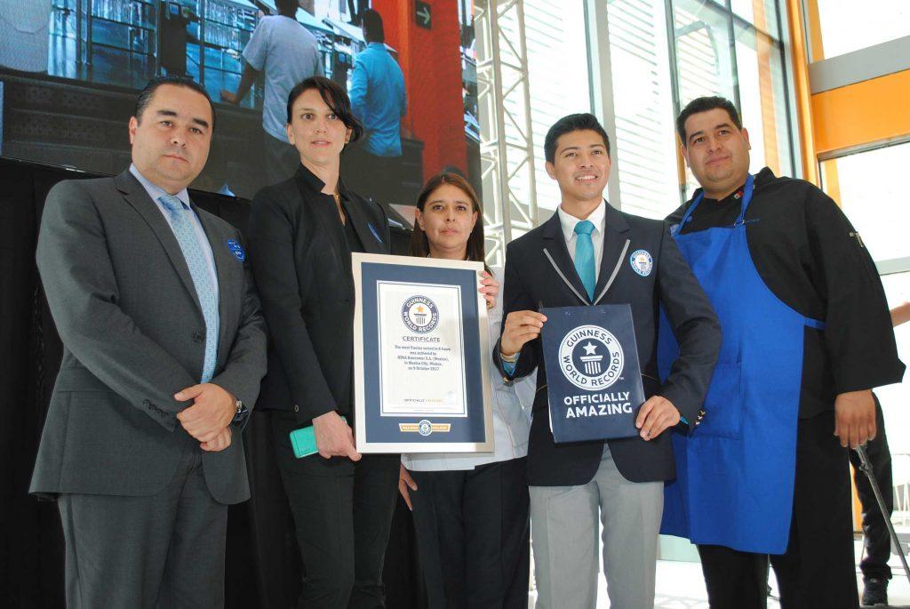 Directivos de BBVA Bancomer con Carlos Tapia Rojas, adjudicador oficial de Guinness World Records para México y Latinoamérica. Revista Protocolo Copyright©