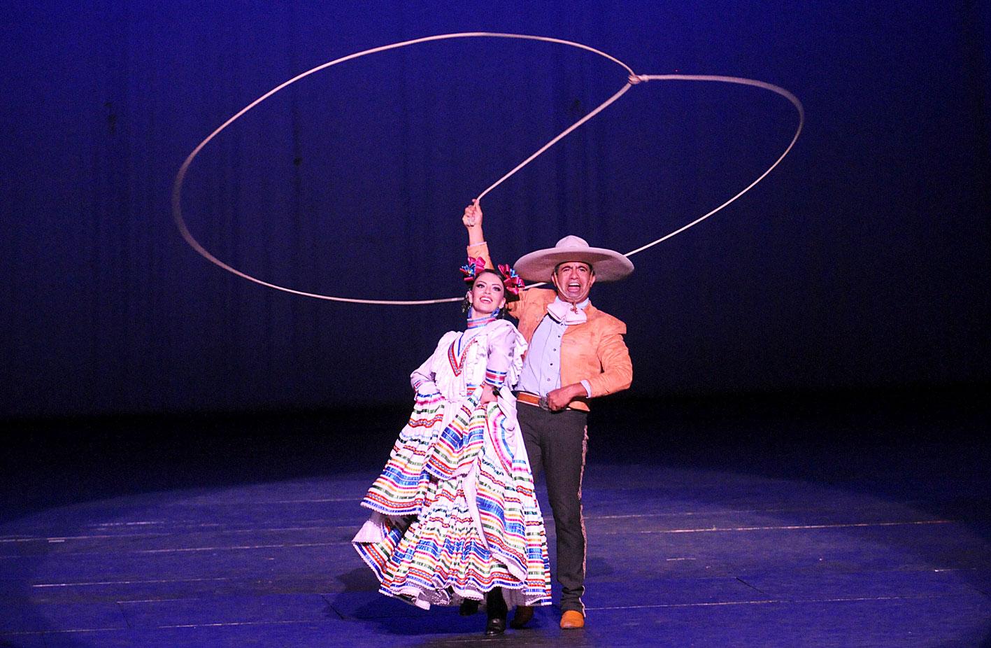 En conferencia de prensa Viviana Basanta, hija de Amalia Hernández y directora artística del Ballet Folklórico de México, y Salvador López, director general. Foto: Arturo López / Secretaría de Cultura