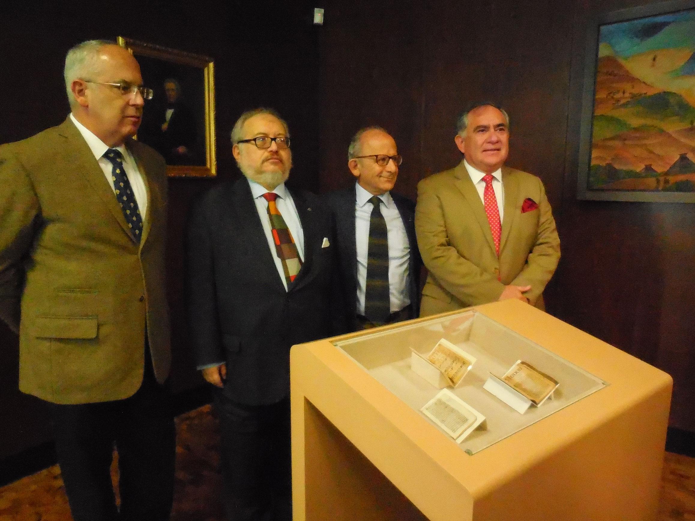 Baltazar Brito, Diego Prieto, Luis Cacho y Antonio Saborit, con los manuscritos de Luis de Carvajal. Foto: Elia Annel Rosas
