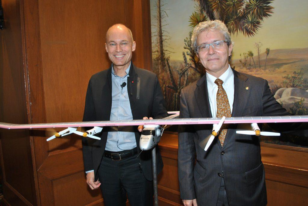 El piloto aviador suizo Bertrand Piccard y Louis-José Touron, embajador de Suiza, con una réplica a menor escala del Solar Impulse. Foto: Revista Protocolo©