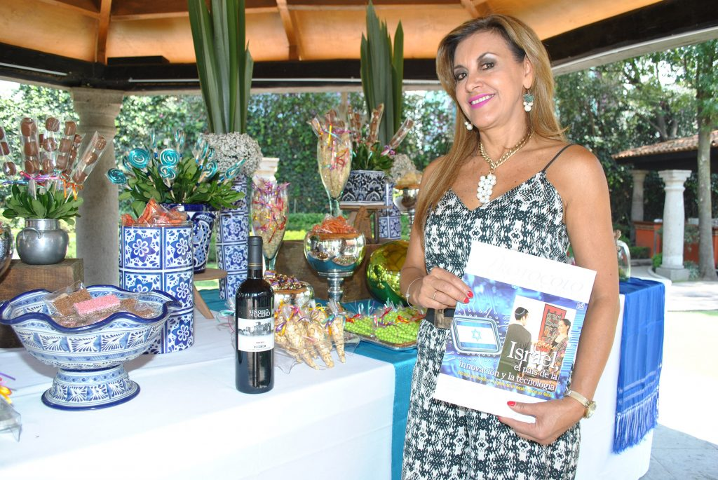 La sommelier Pilar Meré con el nuevo número de la revista Protocolo. Foto: Revista Protocolo Copyright©