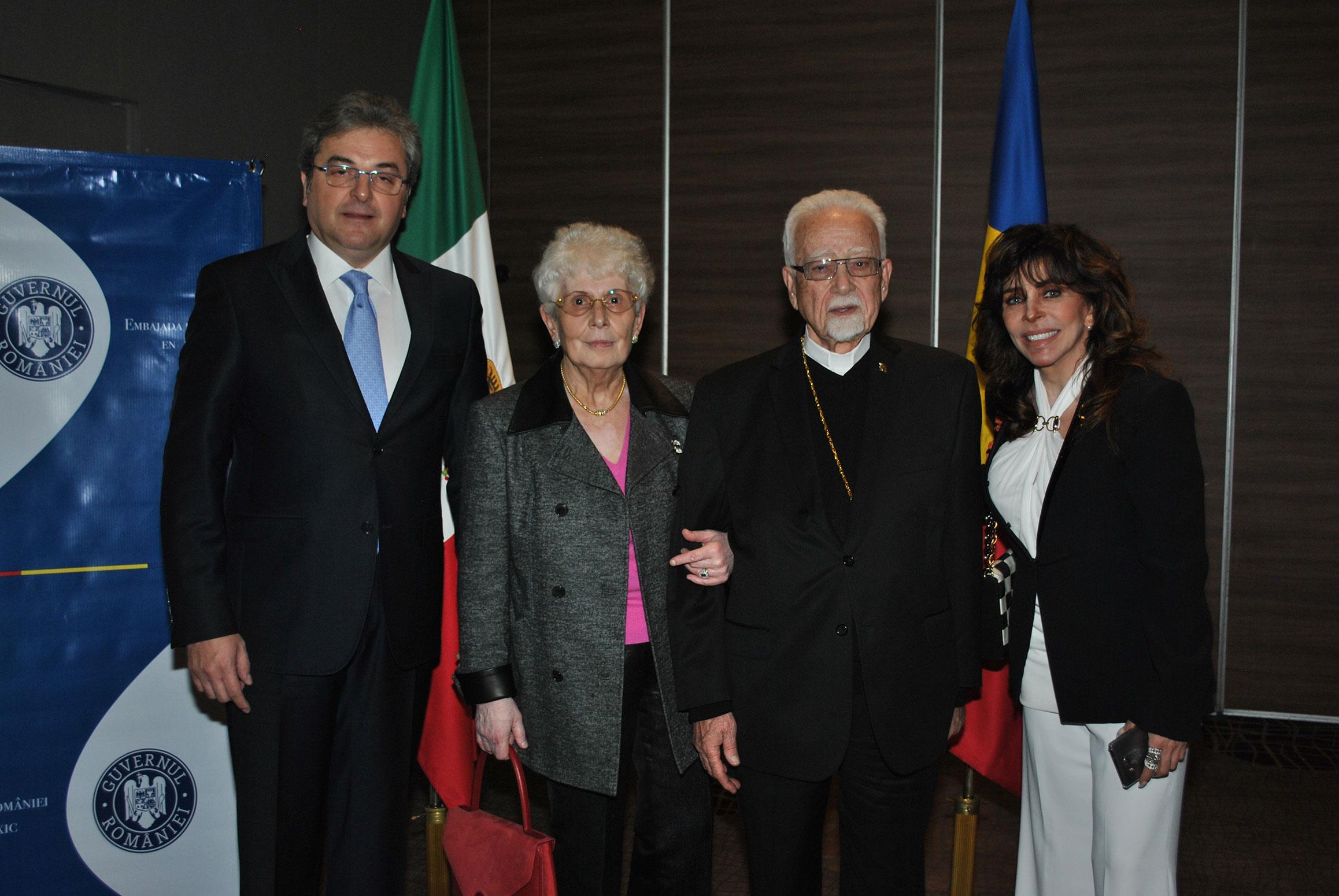 Ion Vilcu, embajador de Rumania; Aris Noyoa, Antonio Chedraui y Verónica Castro