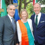 Jonathan Peled, embajador de Israel; Sonja Ann Hyland, embajadora de Irlanda, y su esposo, Patrick Scott