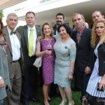 Beatriz Perea (vestido verde claro), asistente de la embajadora de Irlanda, con algunos invitados especiales