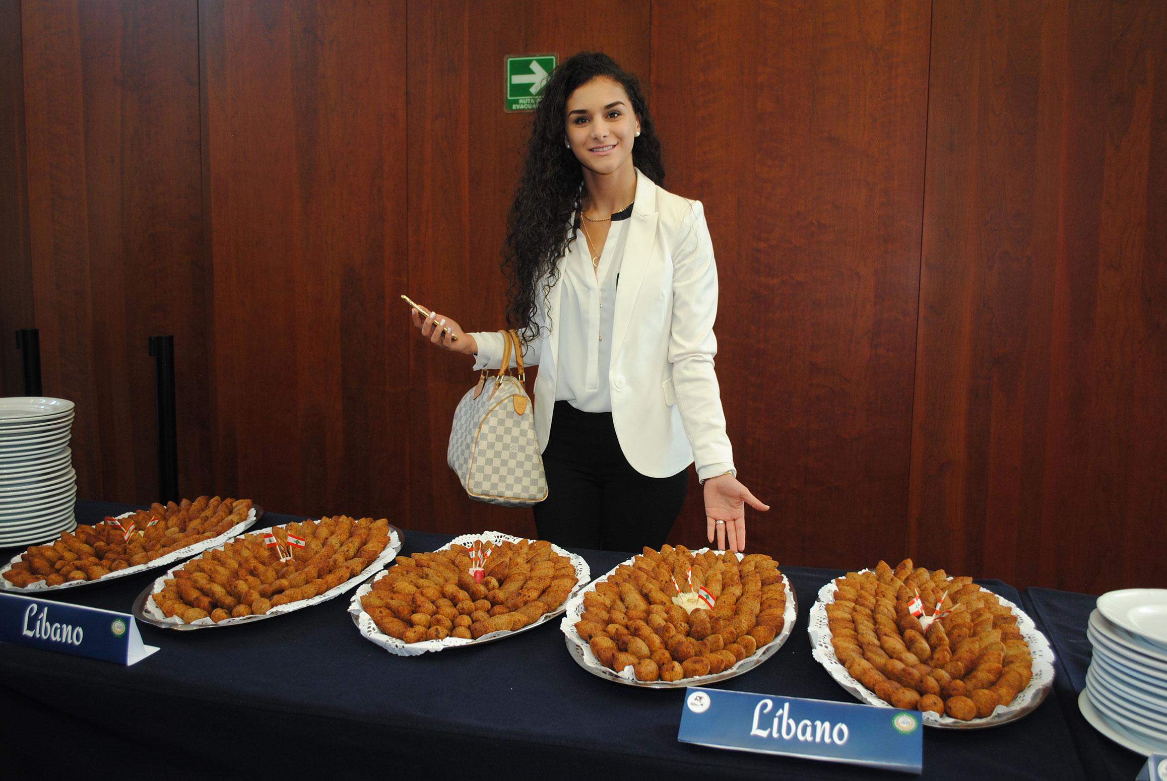 Vanessa Duhart, encargada de cultura de la Embajada de Líbano en México; presidió el stand de comida libanesa. Foto: Derechos reservados Revista Protocolo Copyright ©