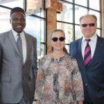 Jean Louis Bigna, príncipe de Camerún refugiado en México, con Svillana Spirín y su esposo, Ruslan Spírin, embajador de Ucrania