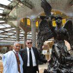Diplomáticos develando la nueva colección de obra de arte de Guillermo Rebolledo: Ahmed Mulay Ali Hamadi, encargado de Negocios A. I. de la República Árabe Saharaui en México