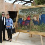 Diplomáticos develando la nueva colección de obra de arte de Guillermo Rebolledo: María Eugenia Venegas Renauld, embajadora de Costa Rica
