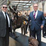 Diplomáticos develando la nueva colección de obra de arte de Guillermo Rebolledo: Ruslan Spírin, embajador de Ucrania