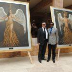 Diplomáticos develando la nueva colección de obra de arte de Guillermo Rebolledo: Ode Amnedy, embajador de Nigeria
