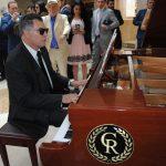 Guillermo Rebolledo demostró que aparte de la pintura, la escultura y los negocios, tiene un amplio dominio del piano