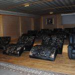 Sala de cine con cómodas butacas, tipo VIP