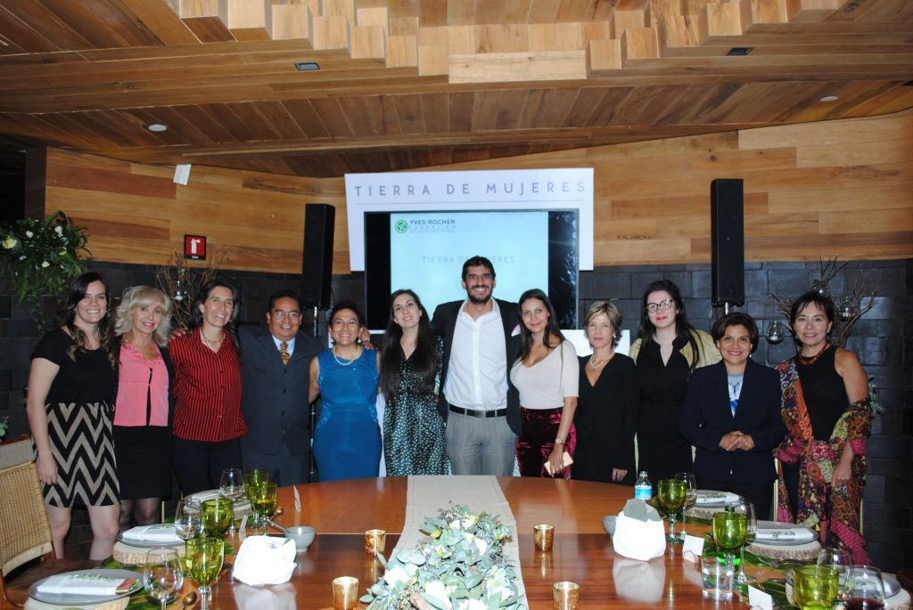 Directivos de Yves Rocher México con integrantes del jurado del certamen Tierra de Mujeres
