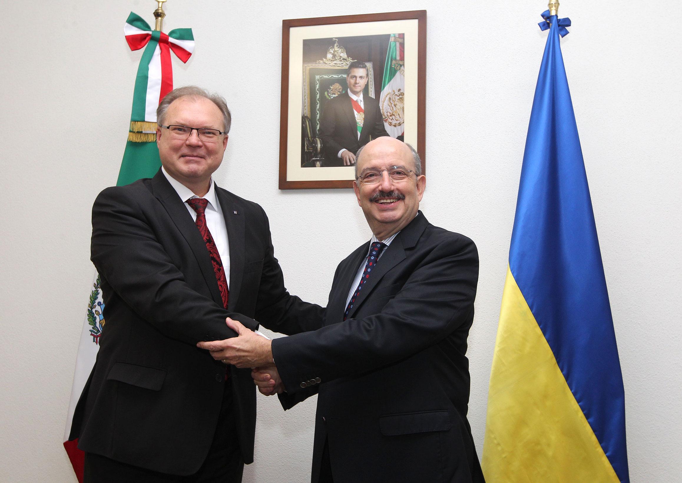 El embajador de Ucrania en México, Ruslán Spirin, y el subsecretario de Relaciones Exteriores, Carlos de Icaza