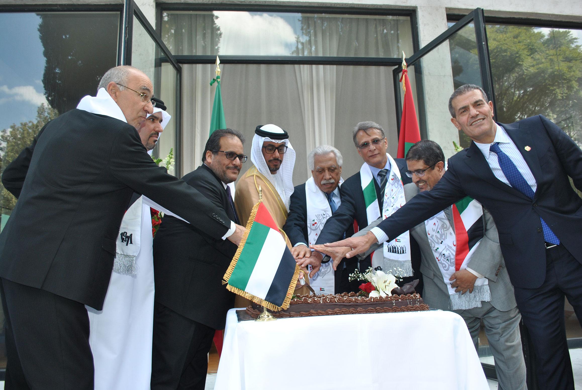 Rabah Hadid, embajador de Argelia; Ahmed Abdulla A. A. Al-Kuwari, embajador de Qatar; Hammad G. M. Al Rowaili, embajador de Arabia Saudita; Ahmed Hatem Al Menhali, embajador de los Emiratos Árabes Unidos; un invitado al evento, Muteb Saleh F Almutoteh, embajador de Kuwait; Muftah R. M. Altayar, embajador de Libia, y Abdulkarim Mansoor Obeidat, embajador de Jordania