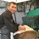 Dib Haraje fue el encargado de calentar el pan para que estuviera listo y ofrecerlo a los asistentes
