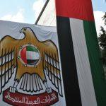 Una enorme bandera y escudo de los Emiratos Árabes Unidos, figuraban entre la ornamentación