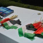 A los invitados se les obsequiaron banderitas de los Emiratos Árabes Unidos